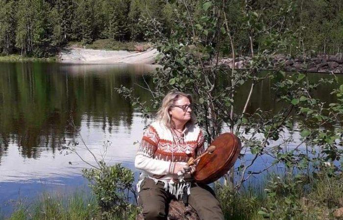 Barbro trumma vid vattnet